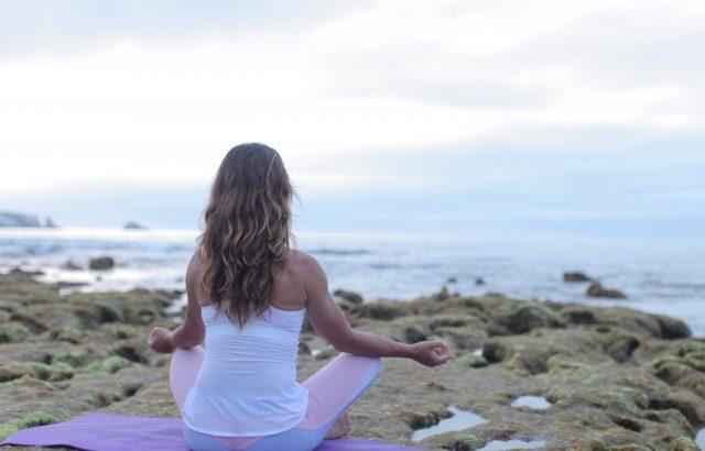マインドフルネス瞑想の簡単なやり方や時間、基本的な座って行う気付きの呼吸方法について