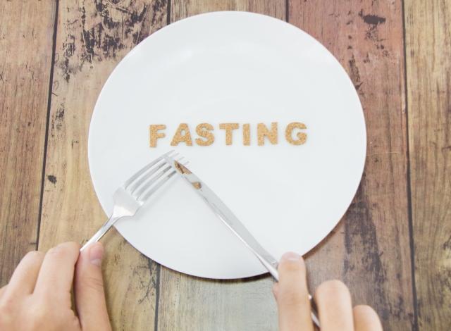 ファスティングのやり方を解説!準備食や回復食、断食時の注意点など